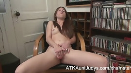 Jamie Lynn is a sexy amateur mature, fingering her hot pussy