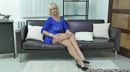 Euro milf Roxana furiously rubs her clit