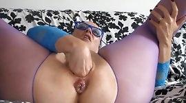 Perverse Oma in ausgeleierte Fotze gefistet!